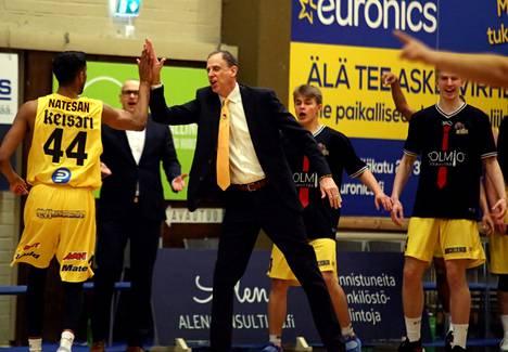 BC Nokian valmentaja Greg Gibson (kesk.) oli ylpeä joukkueen taistelusta puolivälieräsarjassa.