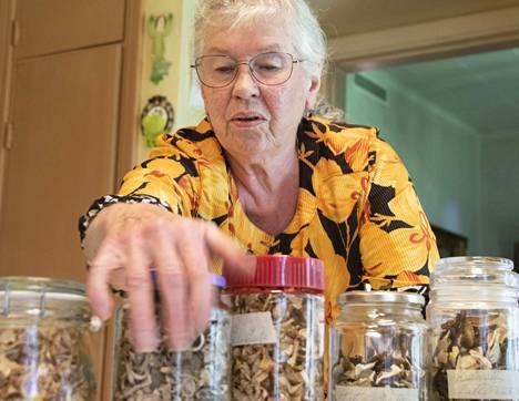 Seija Koskenalalla on vielä jäljellä kuivattuja sieniä, vaikka hän ei ole päässyt enää muutamaan vuoteen kunnolla sienimetsälle.