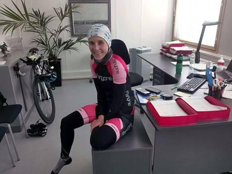 Liki 30 kilometrin työmatkapyöräily on ohi ja on aika vetää hetki henkeä ennen vaatteiden vaihtoa. Valkeakosken kaupungin hallintojohtaja Anne Laukkanen ei voisi kuvitella elämää ilman urheilua. Heinäkuun lopulla naisesta otetaan toden teolla mittaa Hampurin Ironman-kilpailussa.