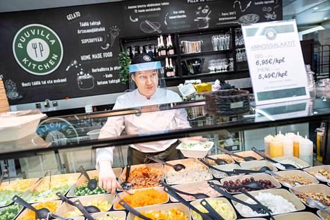 Puuvilla Kitchenistä saa monipuolisen salaattiannoksen nopeasti ja hygienisesti. –Kilohinnatkin ovat kaupungin edullisimmasta päästä, Kaisa tietää.