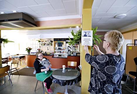 Sarita Lääti oli kuukauden ikäisen poikansa kanssa moikkaamassa emäntää Matkabaarissa Hinnerjoella. Kuvassa oikealla baarin omistaja Henna Pohjalainen.