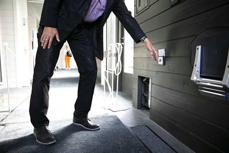 Talon toiselle asukkaalle, labradorinnoutaja Kingille on oma sähköisesti toimiva oviluukku.