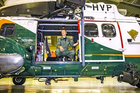 Rajavartiolaitoksen vartiolentolaivueen Henri Grahn istuu Super Puma -helikopterissa. Helikopterilla voidaan esimerkiksi pelastaa ihmisiä veden varasta ja sammuttaa tulipaloja.