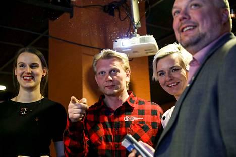 Marko Asell vaimonsa Mari Asellin kanssa sai huokaista helpotuksesta. Asell pääsi uudelleen eduskuntaan jäätyään rannalle kaksissa vaaleissa. Oikealla Roope Lehto, Asellin puoluetoveri ja aiempien eduskuntavaalien kilpakumppani Nokialta.