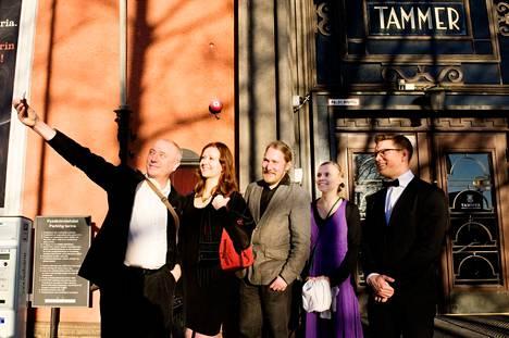 Anni Kytömäen esikoisromaani voitti Tulenkantaja-palkinnon maaliskuussa 2015. Arkistokuvassa Tammerin edustalla ehdolla olleet kirjailijat Markku Soikkeli (vas.), Jessica Suni, Antti Salminen, Anni Kytömäki ja Antti Holma. Ehdolla oli myös kuvasta puuttuva Pajtim Statovci.
