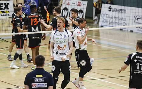 Mart Naaber (vas.) tuuletti Akaa-Volleyn pistettä. Vierellä Joni Mikkonen.