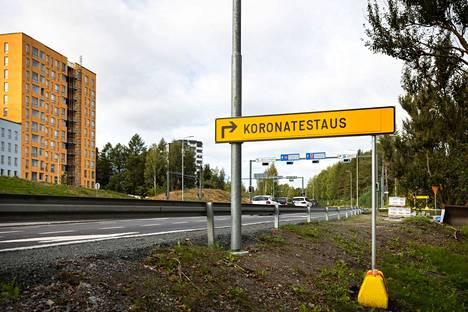 Tältä näyttivät opastukset uuteen koronanäytteenottopisteeseen Tampereen Hakametsässä tiistaina 14. syyskuuta.