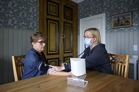 Sairaanhoitaja Terhi Saari-Hannibal mittaa Annikki Tommilan verenpaineen. Kiertävä sydänneuvola sai Tommilan hakeutumaan selvittämään epämääräisiä sydänoireitaan.