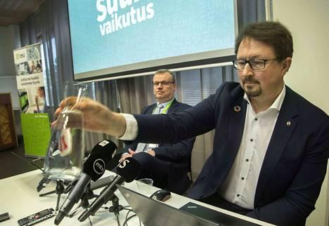 THL:n terveysturvallisuusosaston johtaja Mika salminen (oik.) on tullut tänä keväänä tutuksi suomalaisille. Tässä helmikuussa pidetyssä tiedotustilaisuudessa esiintyi Salmisen lisäksi THL:n pääjohtaja Markku Tervahauta.