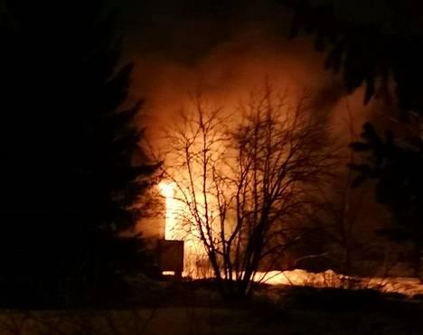 Tulipalo tuhosi omakotitalon täysin Akaan Heinäkankaantiellä perjantaiaamuna. Tulipalo roihusi jo täydellä voimalla, kun naapuritalon asukas havahtui sen ääniin.