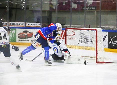 K-Espoon maalivahti Roope Taponen saa luistimen kärjellään torjuttua Jere Heleniuksen maalintekoaikeet ottelun avauserässä.