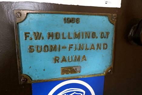 Rakentajatelakan nimikilpi on Muikun seinällä alkuperäisellä paikallaan.
