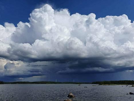 Alkuviikon epävakaa sää kehittyy loppuviikosta kuurosateiksi, ukkoseksi ja kovaksi tuuleksi.