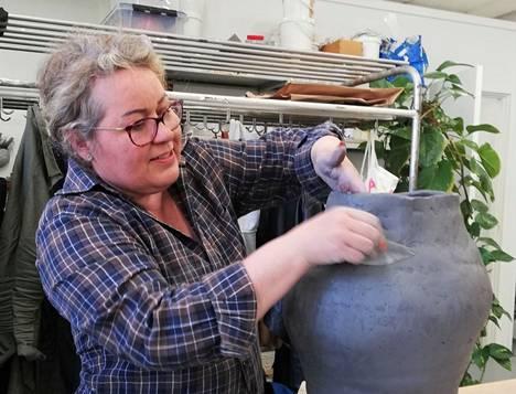 Päivi Riihinen on huomannut, että savi on monelle mieluinen työkalu taideterapiassa.