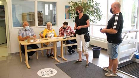 Kopsamolaiset Marju Puuri ja Mika Puuri äänestivät sunnuntaina Juupajoella. Vaalilautakunnan jäsenet Aarno Niemelä (vas), Leena Nikulainen ja varapuheenjohtaja Tero-Pekka Pajunen hoitivat äänestystä.