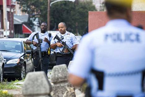 Aseella varustautunut mies haavoitti kuutta poliisia Philadeplhiassa. Hän jatkoi ampumista useiden tuntien ajan.
