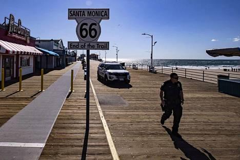 Poliisi käveli keskiviikkona ihmisiltä suljetulla laiturilla Santa Monicassa Kaliforniassa Yhdysvalloissa.