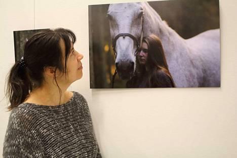 Joskus eläimen ja ihmisen välille voi syntyä maaginen yhteys. Satu Hakalan valokuvissa esiintyvät Wille ja Siiri Viholan Ratsastuskoulusta.