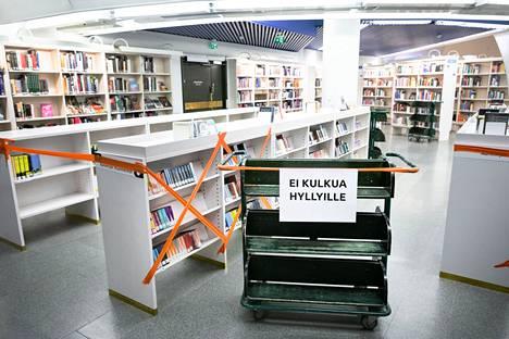 Poikkeuksellinen vuosi on vaikuttanut myös kirjastojen toimintaan. Tämä kuva on otettu pääkirjasto Metsossa toukokuussa 2020, jolloin koronaepidemian takia suljettu pääkirjasto Metso avautui osittain varausten noutoa varten