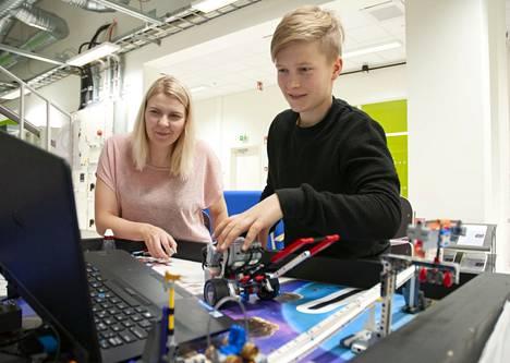 Satakunnan ammattikorkeakoulun ja Porin kaupungin suunnitelmallisen yhteistyön tavoitteena on tukea nuorten teknologiataitojen kehittymistä ja turvata maakunnan osaaminen myös tulevaisuudessa. Kuvassa Samkin tutkija-opettaja Janika Tommiska ohjaa Leevi Rautiaista Lego-robottien ohjelmoinnissa.