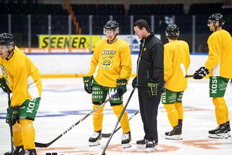 Päävalmentaja Karri Kivi jutteli treenien aikana Robert Leinon kanssa. Sentteri siirtyi Ilvekseen HPK:sta, jossa hän voitti Suomen mestaruuden.