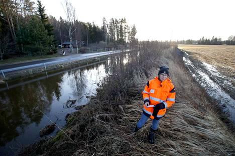 Suunnitteluinsinööri Taina Koivisto kiersi tiistaina tarkastamassa patovallien kuntoa ja vedennousua Porin Lyttylässä. Kokemäenjoen pinta ylitti tulvarajan Porissa tiistaina.