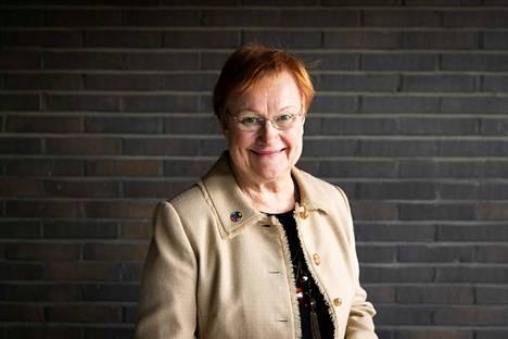 Tasavallan presidentti Tarja Halonen avaa uutuuskirjassa elämäänsä lapsuudesta tämän päivään. Elämänopit hän sai jo äidiltään. Kirjailija Katri Merikallion mukaan kirja oli tärkeä kirjoittaa, sillä kansalaisaktivistin puoli on Halosesta kertomatta.