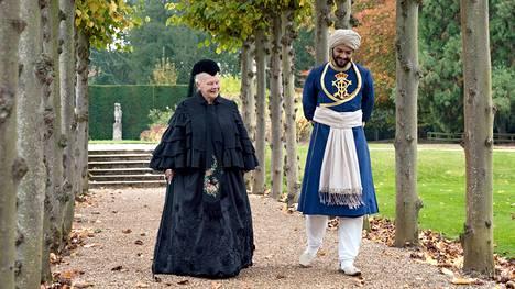 Draamassa Viktoria ystävystyy nuoren intialaisen kirjurin kanssa elokuvassa Victoria ja Abdul.