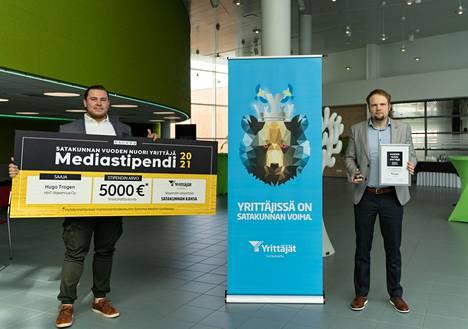 Sanoman myyntiryhmän päällikkö Teemu Janhunen lahjoitti yrittäjä Hugo Trogenille 5 000 euron suuruisen mediastipendin.