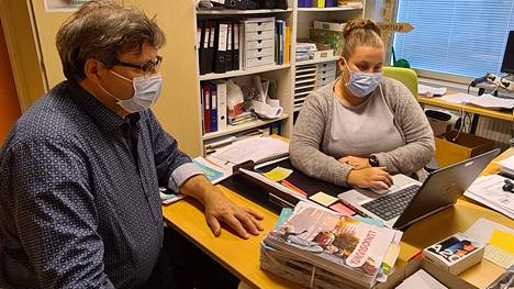 Rehtori Pasi Koski ja opinto-ohjaaja Susanna Kyösti ovat todenneet 9.-luokkalaisten työelämäjakson toteutuvan lähes poikkeuksetta kotikunnassa.