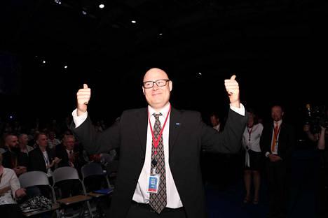 Puoluesihteeriksi valittu Simo Grönroos tuuletti äänestystuloksen ratkettua. Hän on edrlleen myös kansallismielisen Suomen Sisun jäsen.