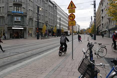 Sokoksen edessä Kuninkaankadulla on ylityspaikka, jossa ylittäjät väistävät ajoneuvoja. Pyöräilijöille jalankulun varoitusmerkki on kovin ylhäällä tolpassa.