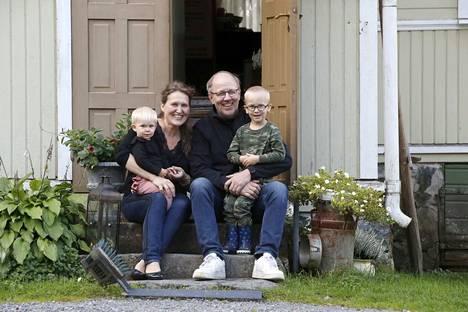 Merina ja Timo Honkasalo pyörittävät päivätöidensä ohessa Toukarin tilalla kesäkahvilaa ja järjestävät juhlia. Honkasaloilla on kymmenen lasta, joista nuorimmat ovat Hilma ja Elmo.