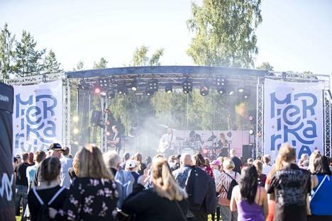 Viime kesänä järjestetty Kutujytä veti väkeä Merikarvian urheilukentälle. Torin lisäksi urheilukenttä on paikka, johon yrittäjäyhdistys haluaa kunnan hakevan alkoholin anniskeluluvan.