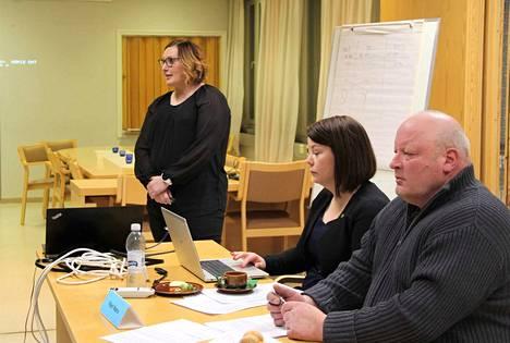 Multian valtuuston kokouksessa aluearkkitehdin kaavapuheenvuoroa kuuntelemassa Noora Pajari ja Seppo Lampinen.