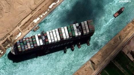 Maailman rahtiliikenteen elintärkeä pullonkaula tukkeutui, kun jättimäisen Ever Given -konttilaivan keula jumittui kanavan seinämään, ja koko laiva ajautui poikittain kanavaan.