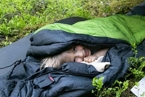 –Retkellä parasta on yö ja nukkuminen, kertoo Hilma Vattulainen ja käpertyy makuupussin kätköihin kuin peikon pentu koloonsa. Markettien kevytpusseilla pärjää suviyössä mainiosti. Kaksi sellaista yhdistämällä selviää kevään hallaöistä pitkälle syksyyn. Hyttysiltä sen sijaan laavulla ei suojaa kuin tuuli, nuotion savu ja karkotteet