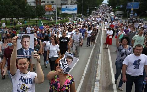 """""""Vapaus Furgalille"""", luki mielenosoittajien kylteissä Venäjän Habarovskissa lauantaina. Protesti keskusvallan toimia vastaan ja vangitun kuvernöörin Sergei Furgalin tukemiseksi oli toistaiseksi laajin. Siihen osallistui jopa 50000 ihmistä."""