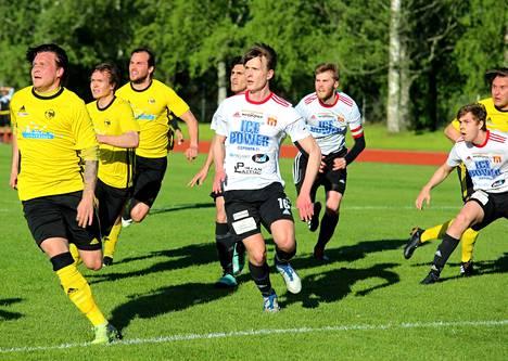 Ahnaasti keskityspalloa odottamassa NoPSin keltapaidoista Tuomas Lehti (2 maalia), Tuomas Alanen (1 maali), Pauli Pylvänäinen ja äärimmäisenä oikealla Risto Vihinen (2 maalia).