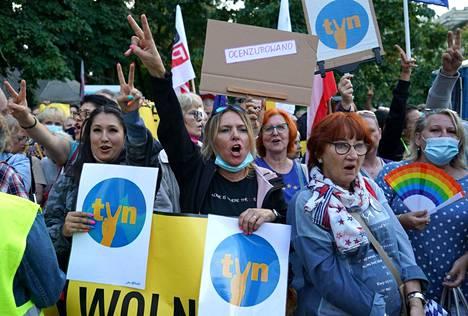 Medialain vastustajat osoittivat mieltä 10. elokuuta Varsovassa TVN-mediayhtiön logo kylteissään. Yhtiön TVN24-kanava on ollut kriittinen Puolan hallintoa kohtaan.