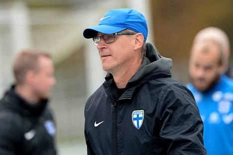Huuhkajien päävalmentaja Markku Kanerva jalkapallon miesten A-maajoukkueen Huuhkajien harjoituksissa Espoon Leppävaarassa 4. lokakuuta 2021.