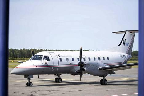Budapest Aircraft Service operoi seuraavat vuodet Porin ja Helsingin välillä 30-paikkaisella Emrbraer 120 -potkuturbiinikoneella.