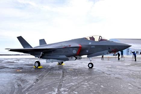 Kuvassa on Japanin F-35 hävittäjä Misawan lentotukikohdassa. Pudonnut hävittäjä lähti tukikohdasta harjoittelemaan Koillis-Japanin rannikolla.
