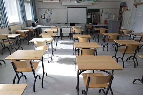 Osana koronaviruksen torjuntaa hallitus päätti sulkea kaikki koulut ja oppilaitokset 18. maaliskuuta alkaen, jolloin Suomessa siirryttiin joitakin poikkeuksia lukuun ottamatta etäopetukseen.