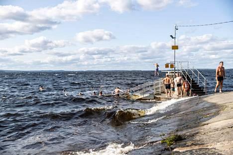 Helteinen sää on jatkunut pitkään Pirkanmaalla ja muualla Suomessa, mutta nyt säähän tulee hetkellisesti muutos. Kuvassa uimarit nauttivat Näsijärven viilentävästä vedestä Rauhaniemen kansankylpylässä Tampereella sunnuntaina 18. heinäkuuta.