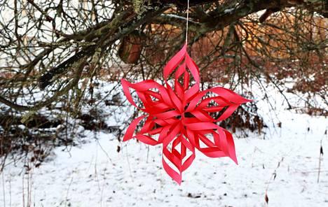 Paperinen joulutähti syntyy suhteellisen nopeasti ja vaivattomasti. Liiman kannattaa kuitenkin antaa kuivua kunnolla ennen kuin tähteä alkaa kokoamaan.