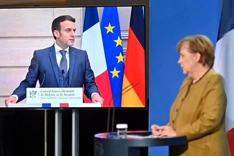Ranskan presidentti Emmanuel Macron ja Saksan liittokansleri Angela Merkel ja puolustivat perjantaina Euroopan unionin yhteistä rokotuskampanjaa.