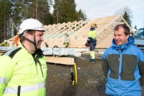 Toimitusjohtaja Tero Ollikainen (oik.) kertoo, että korona on siivittänyt mökkikauppa ja hirsirakentamista. Vasemmalla Tomi Ollikainen.