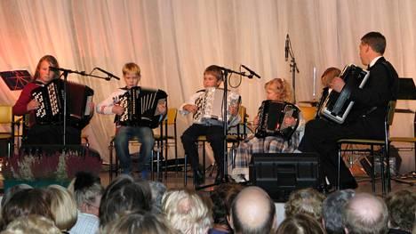 Harmonikkaviikkoon on kuulunut muun muassa nuorten harmonikkakilpailu. Kuva nuorten harmonikkakonsertista vuodelta 2005.