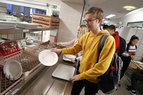 Jere Hännikkälä palauttaa ruokailuvälineitään Ulvilan lukion opiskelijalounaalla. Hän ja muut Ulvilan lukion Opiskelijakunnan hallituksen jäsenet ovat sitä mieltä, että iltapäivällä tarjottu välipala pitäisi säilyttää.